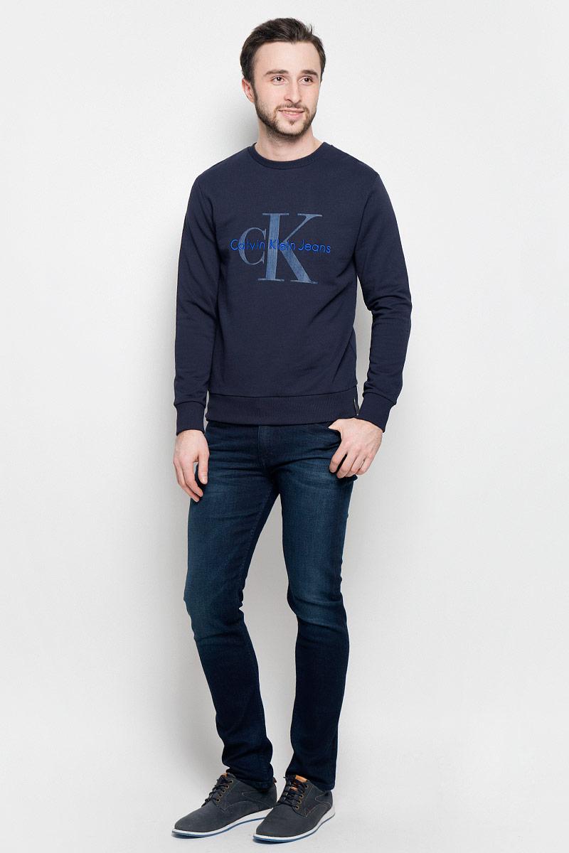 Толстовка мужская Calvin Klein Jeans, цвет: темно-синий. J30J301241_4020. Размер M (48)J30J301241_4020Стильная мужская толстовка Calvin Klein Jeans изготовлена из натурального хлопка. Лицевая сторона гладкая, изнаночная - с небольшими петельками. Модель с круглым вырезом горловины и длинными рукавами оформленафирменными принтом и вышивкой. Манжеты рукавов, воротник и низ толстовки дополненытрикотажными резинками.