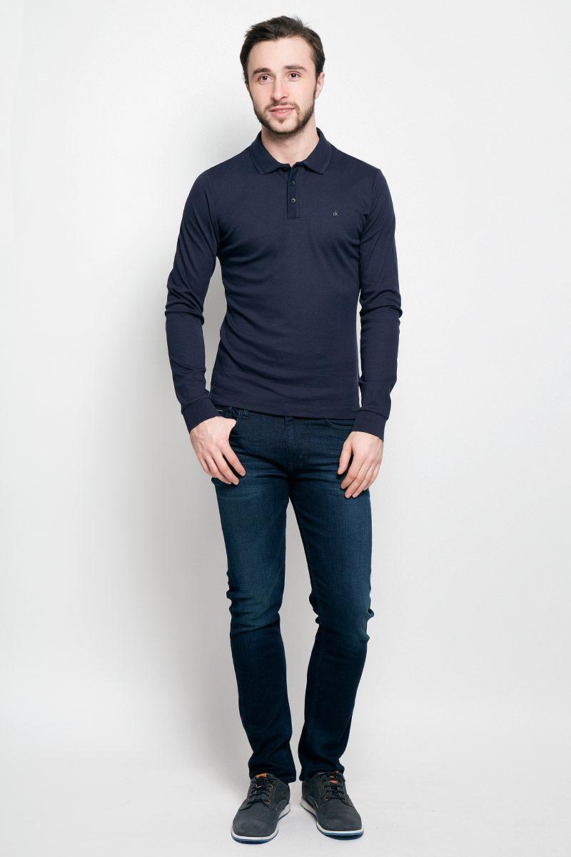 Поло мужское Calvin Klein Jeans, цвет: темно-синий. J30J300625_4020. Размер L (48/50)J30J300625_4020Стильное мужское поло Calvin Klein Jeans изготовлено из натурального хлопка. Модель с длинными рукавами и отложным воротником станет идеальным вариантом для создания современного образа. Сверху поло застегивается на три пуговицы. По бокам имеются небольшие разрезы. Спинка немного удлинена. Низ рукавов дополнен эластичными манжетами.
