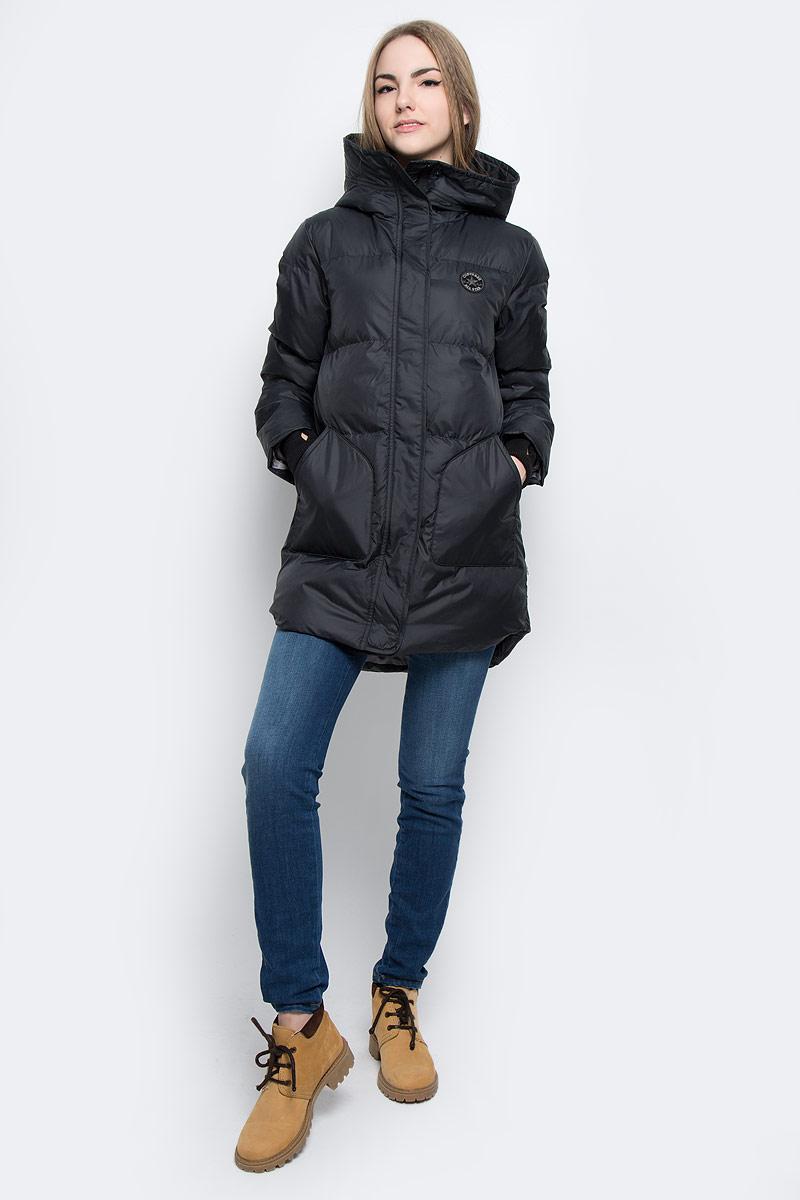 Куртка женская Converse Core Long Length Puffer, цвет: черный. 10001026001. Размер L (48)10001026001Удобная женская куртка Converse Core Long Length Puffer согреет вас в прохладную погоду и позволит выделиться из толпы. Модель с длинными рукавами и несъемным капюшоном выполнена из высококачественного полиэстера и застегивается на молнию спереди. Изделие дополнено спереди двумя накладными карманами без застежки, а с внутренней стороны имеется втачной карман на кнопке. Рукава модели оформлены трикотажными манжетами с прорезью для большого пальца. Плотный наполнитель из синтепона и подкладка из полиэстера надежно сохранят тепло, благодаря чему такая куртка защитит вас от ветра и холода.