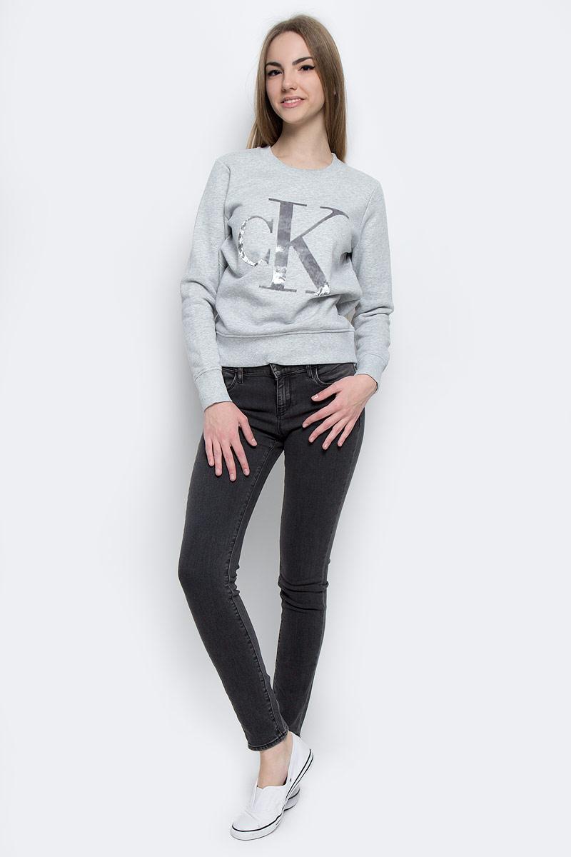 Толстовка женская Calvin Klein Jeans, цвет: светло-серый меланж. J20J201084_0380. Размер L (48/50)J20J201084_0380Стильная женская толстовка Calvin Klein Jeans изготовлена из натурального хлопка с добавлением полиэстера. Модель с круглым вырезом горловины и длинными рукавами с внутренней стороны выполнена на теплом флисе. Горловина, манжеты рукавов и низ толстовки оформлены трикотажной резинкой. Спереди толстовка дополнена стильным принтом с логотипом бренда.
