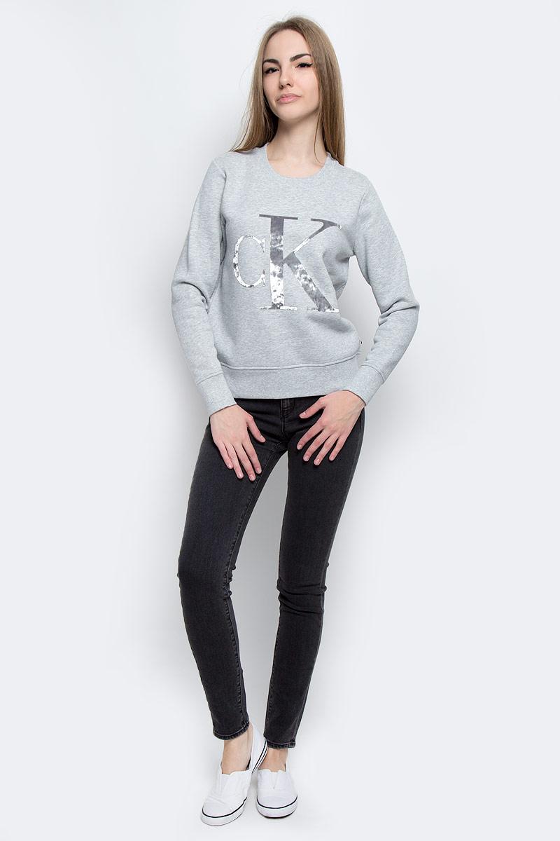 Джинсы женские Calvin Klein Jeans, цвет: темно-серый. J20J204668_9013. Размер 27 (44/46)J20J204668_9013Стильные женские джинсы Calvin Klein Jeans выполнены из качественного комбинированного материала.Модель-скинни застегивается на металлическую пуговицу в поясе и ширинку на застежке-молнии, имеются шлевки для ремня. Джинсы со стандартной талией имеют классический пятикарманный крой: спереди модель дополнена двумя втачными карманами и одним маленьким накладным кармашком, а сзади - двумя накладными карманами. Изделие оформлено контрастной отстрочкой.