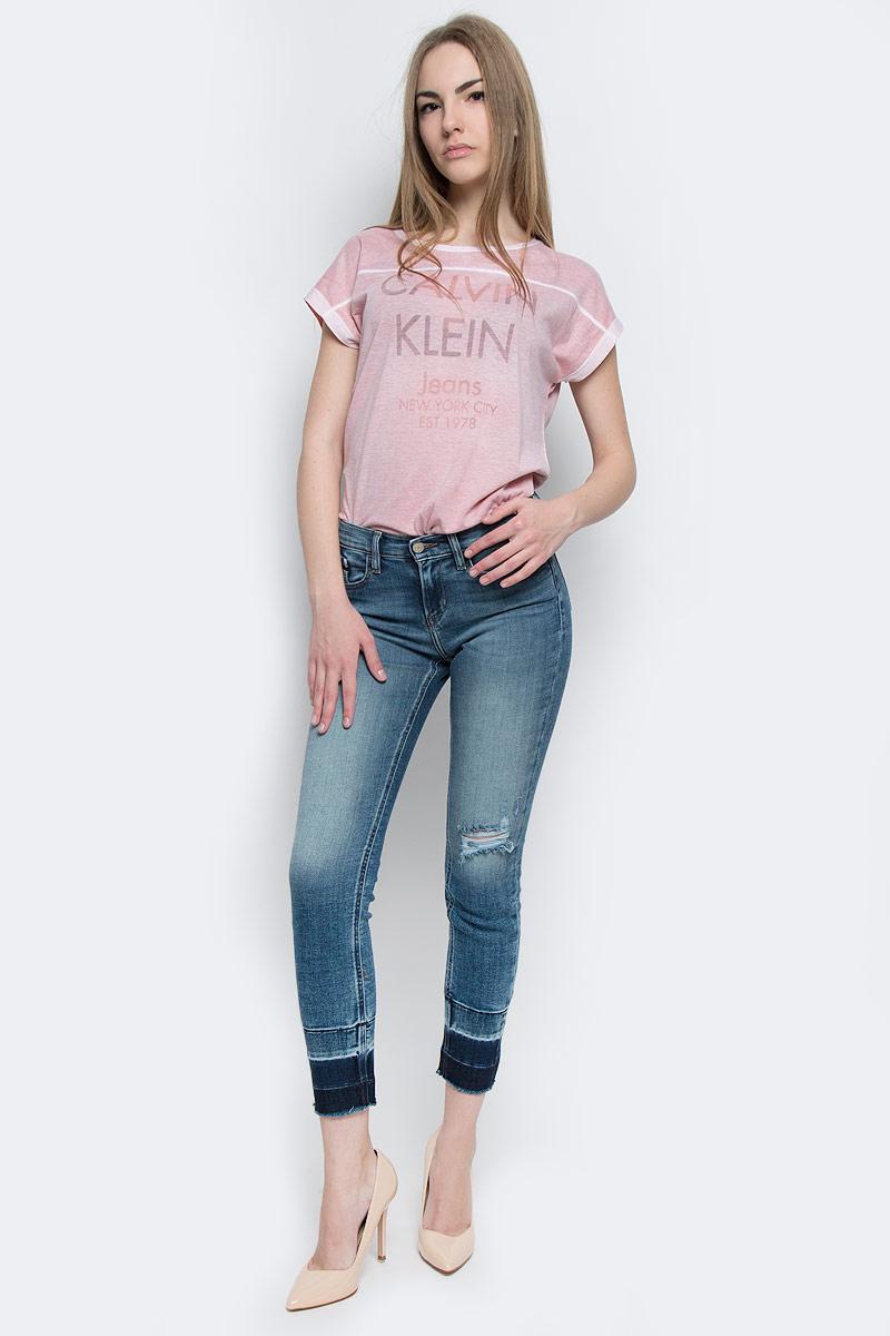Джинсы женские Calvin Klein Jeans, цвет: синий. J20J204669_9113. Размер 27 (44/46)J20J204669_9113Стильные женские джинсы Calvin Klein Jeans выполнены из хлопка с добавлением полиэстера и эластана. Материал мягкий и приятный на ощупь, не сковывает движения и позволяет коже дышать.Укороченные джинсы-скинни средней посадки застегиваются на пуговицу в поясе и ширинку на застежке-молнии. На поясе предусмотрены шлевки для ремня. Спереди модель оформлена двумя втачными карманами и одним маленьким накладным кармашком, а сзади - двумя накладными карманами. Модель оформлена эффектом потертости, контрастной прострочкой и перманентными складками. Низ изделия выполнен с эффектом необработанного края.