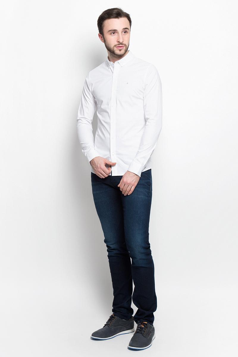 Рубашка мужская Calvin Klein Jeans, цвет: белый. J30J304832_1120. Размер M (46/48)J30J304832_1120Стильная мужская рубашка Calvin Klein Jeans, выполненная из эластичного хлопка, подчеркнет ваш уникальный стиль и поможет создать оригинальный образ. Такой материал великолепно пропускает воздух, обеспечивая необходимую вентиляцию, а также обладает высокой гигроскопичностью. Рубашка модели Extra Slim Fit с длинными рукавами и отложным воротником застегивается спереди на пуговицы. Края воротника пристегиваются к рубашке на пуговицы. Нижняя часть рукавов вместе с манжетами также застегивается на пуговицы. Объем манжет можно регулировать. На груди имеется вышитый логотип бренда.Такая рубашка будет дарить вам комфорт в течение всего дня и послужит замечательным дополнением к вашему гардеробу.