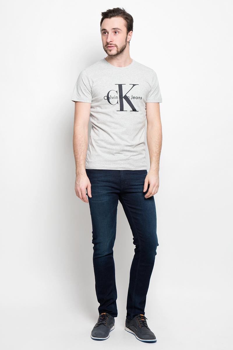 Футболка мужская Calvin Klein Jeans, цвет: серый. J30J301354_0250. Размер M (46/48)J30J301354_0250Мужская футболка Calvin Klein Jeans выполнена из натурального хлопка. Модель с круглым вырезом горловины и короткими рукавами оформлена на груди фирменной эмблемой.