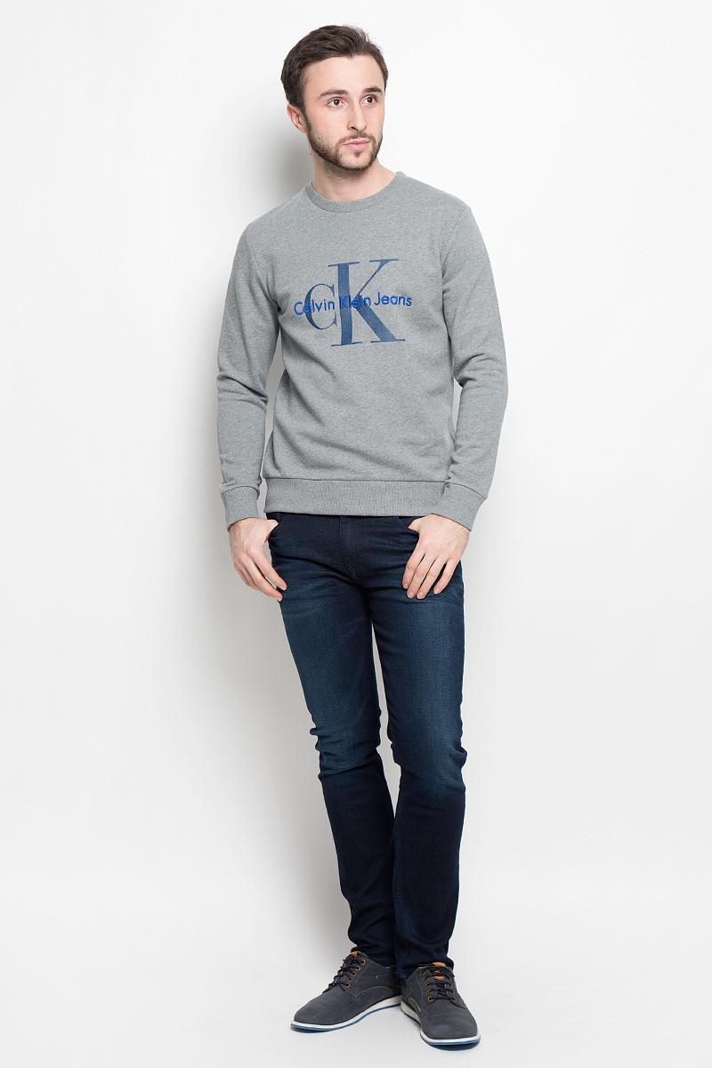 Толстовка мужская Calvin Klein Jeans, цвет: серый. J30J301241_0380. Размер M (48)J30J301241_0380Стильная мужская толстовка Calvin Klein Jeans изготовлена из натурального хлопка. Лицевая сторона гладкая, изнаночная - с небольшими петельками. Модель с круглым вырезом горловины и длинными рукавами оформленафирменными принтом и вышивкой. Манжеты рукавов, воротник и низ толстовки дополненытрикотажными резинками.