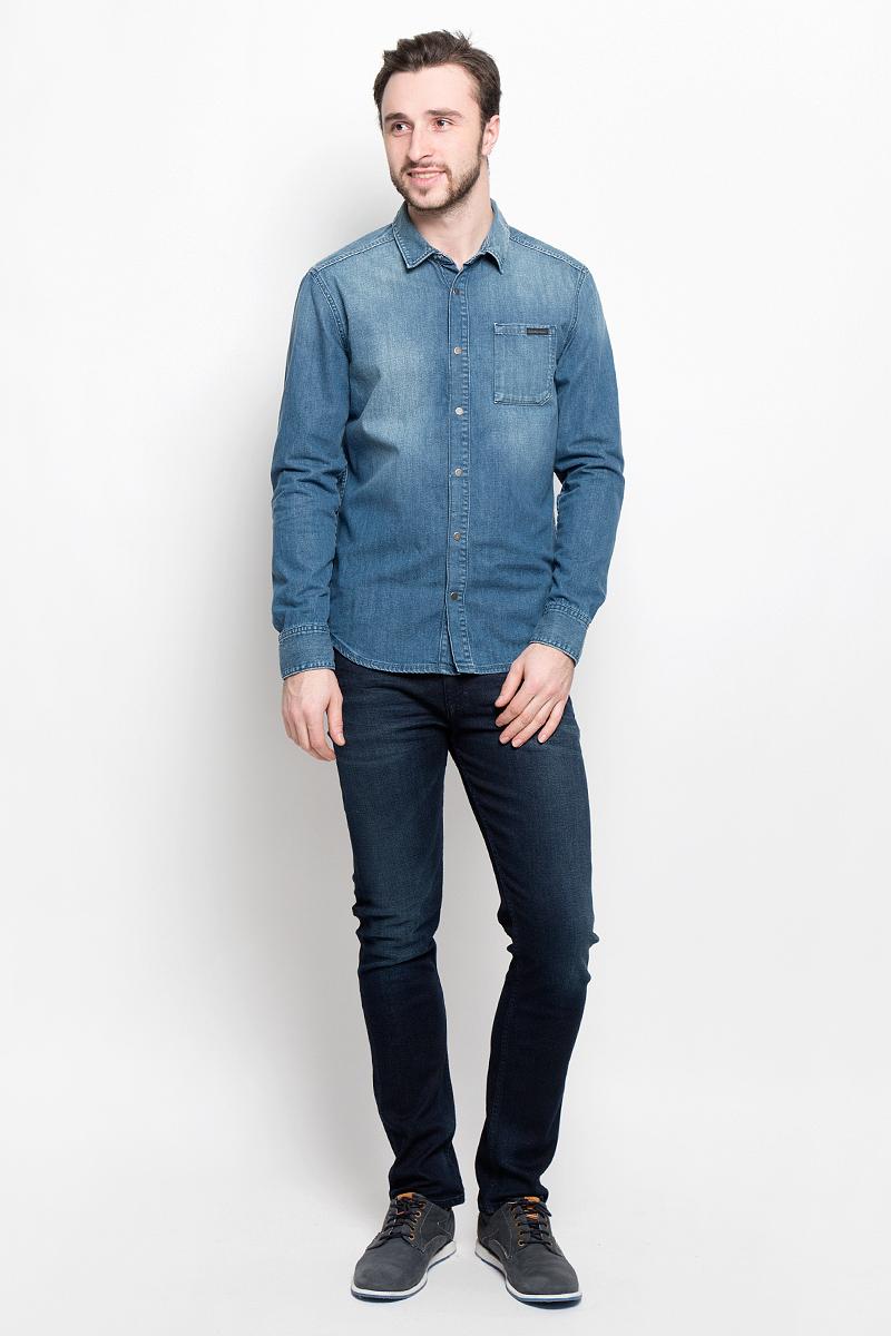 Рубашка мужская Calvin Klein Jeans, цвет: синий. J30J304304_9110. Размер S (46)J30J304304Стильная мужская рубашка Calvin Klein Jeans, выполненная из натурального хлопка, подчеркнет ваш уникальный стиль и поможет создать оригинальный образ. Такой материал великолепно пропускает воздух, обеспечивая необходимую вентиляцию, а также обладает высокой гигроскопичностью. Рубашка модели Slim Fit с длинными рукавами и отложным воротником застегивается спереди на кнопки. Нижняя часть рукавов вместе с манжетами также застегивается на кнопки. На груди расположен накладной карман.Такая рубашка будет дарить вам комфорт в течение всего дня и послужит замечательным дополнением к вашему гардеробу.