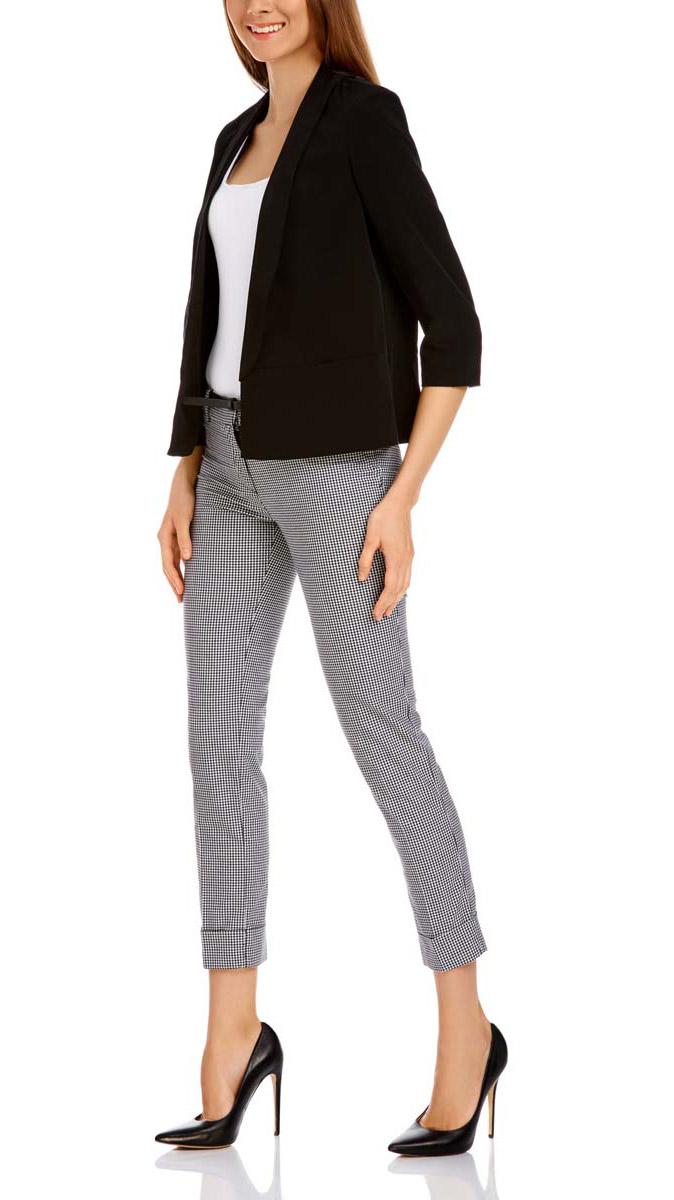 Брюки женские oodji Ultra, цвет: белый, черный. 11703057-8/43273/1229C. Размер 38-170 (44-170)11703057-8/43273/1229CСтильные женские брюки oodji выполнены из хлопка, полиэстера с добавлением эластана. Модель со стандартной посадкой оформлена сзади декоративными вшитыми карманами. Спереди брюки имеют гульфик на молнии и застегиваются на пуговицу и застежку-крючок. Также модель оснащена шлевками и тонким ремнем с декоративной перфорацией. Низ брюк оформлен декоративными подворотами.