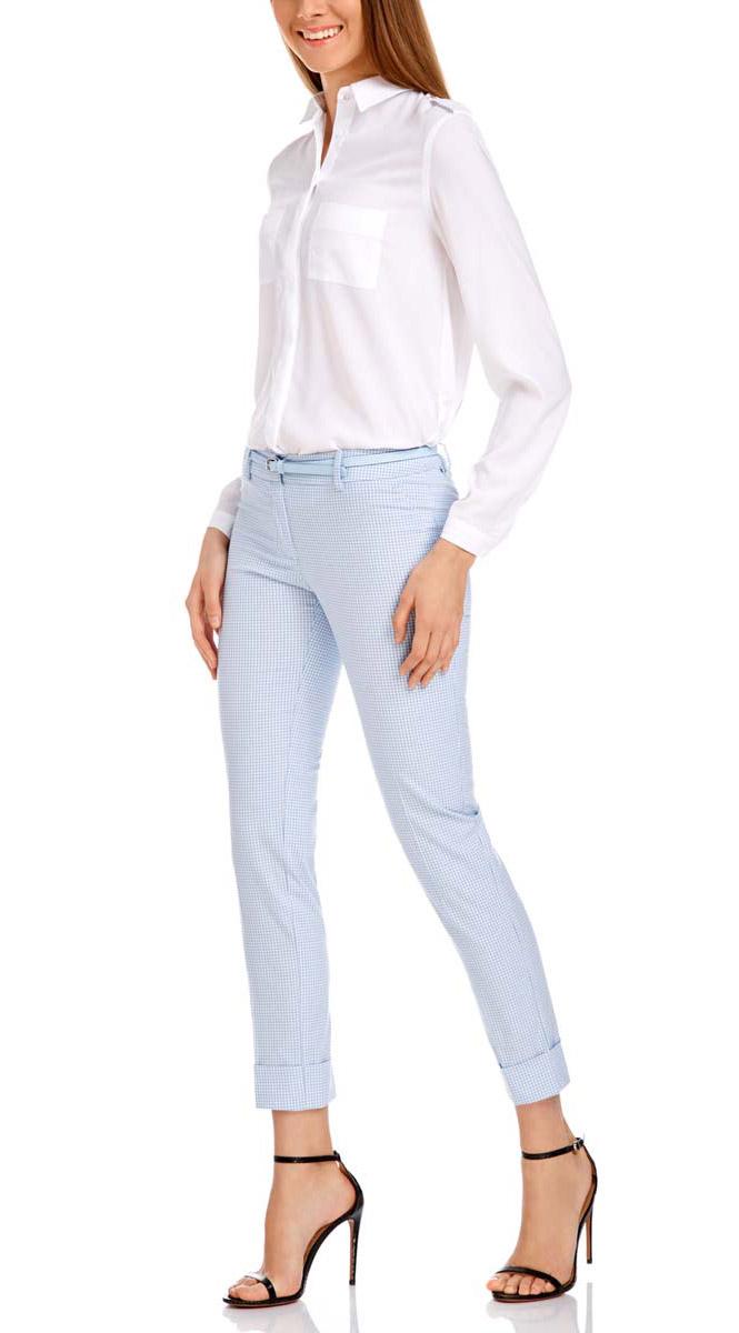 Брюки женские oodji Ultra, цвет: светло-голубой, белый. 11703057-8/43273/1270C. Размер 44-170 (50-170)11703057-8/43273/1270CСтильные женские брюки oodji выполнены из хлопка, полиэстера с добавлением эластана. Модель со стандартной посадкой оформлена сзади декоративными вшитыми карманами. Спереди брюки имеют гульфик на молнии и застегиваются на пуговицу и застежку-крючок. Также модель оснащена шлевками и тонким ремнем с декоративной перфорацией. Низ брюк оформлен декоративными подворотами.