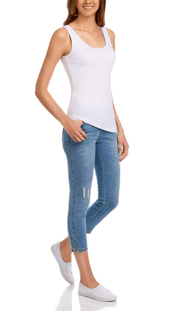 Капри женские oodji Ultra, цвет: синий джинс. 12105016/45253/7500W. Размер 27 (44)12105016/45253/7500WЖенские капри oodji Ultra выполнены из высококачественного комбинированного материала. Модель стандартной посадки застегивается на пуговицу в поясе и ширинку на застежке-молнии. Пояс имеет шлевки для ремня. Спереди шорты дополнены двумя втачными карманами и одним маленьким прорезным кармашком, сзади - двумя накладными карманами. Задний карман украшен стразами. Капри оформлены эффектом потертости и рваной джинсы, а также перманентными складками.