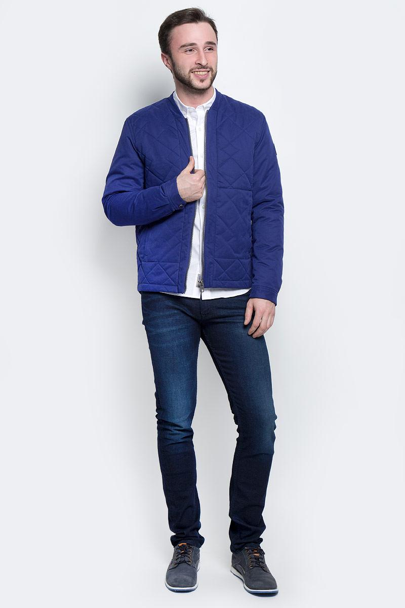 Куртка мужская Calvin Klein Jeans, цвет: синий. J30J301290_4750. Размер S (44/46)J30J301290_4750Стильная мужская куртка Calvin Klein Jeans изготовлена из полиэстера с добавлением хлопка и полиамида. В качестве утеплителя используется полиэстер.Куртка с V-образным вырезом горловины застегивается на застежку-молнию. Спереди расположены два втачных кармана на застежках-молниях, с внутренней стороны - прорезной карман на кнопке.Манжеты рукавов оснащены застежками-кнопками. Спинка модели немного удлинена. Рукав оформлен фирменной нашивкой из искусственной кожи.