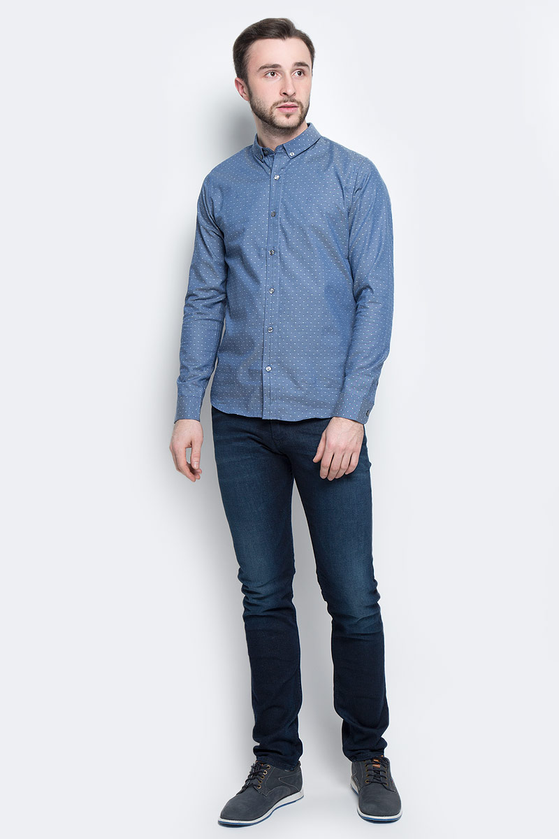 Рубашка мужская Calvin Klein Jeans, цвет: синий. J30J301243_4770. Размер S (46)J30J301243_4770Классическая мужская рубашка Calvin Klein Jeans выполнена из натурального хлопка с добавлением эластана. Модель с отложным воротником застегивается спереди по всей длине на пуговицы, манжеты рукавов также имеют застежки-пуговицы. Оформлена рубашка принтом в мелкий горох и дополнена вышитым логотипом бренда.
