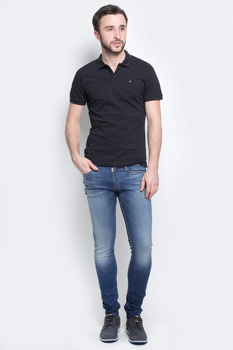 Джинсы мужские Calvin Klein Jeans, цвет: темно-синий. J30J301303_9114. Размер 34 (52/54)J30J301303_9114Стильные мужские джинсы Calvin Klein Jeans изготовлены из хлопка с добавлением эластомультиэстера и эластана.Джинсы-скинни средней посадки застегиваются на пуговицу в поясе и ширинку на застежке-молнии. На поясе имеются шлевки для ремня. Спереди модель дополнена двумя втачными карманами и одним небольшим накладным кармашком, сзади - двумя накладными карманами. Модель оформлена контрастной прострочкой, эффектом потертости и перманентными складками.