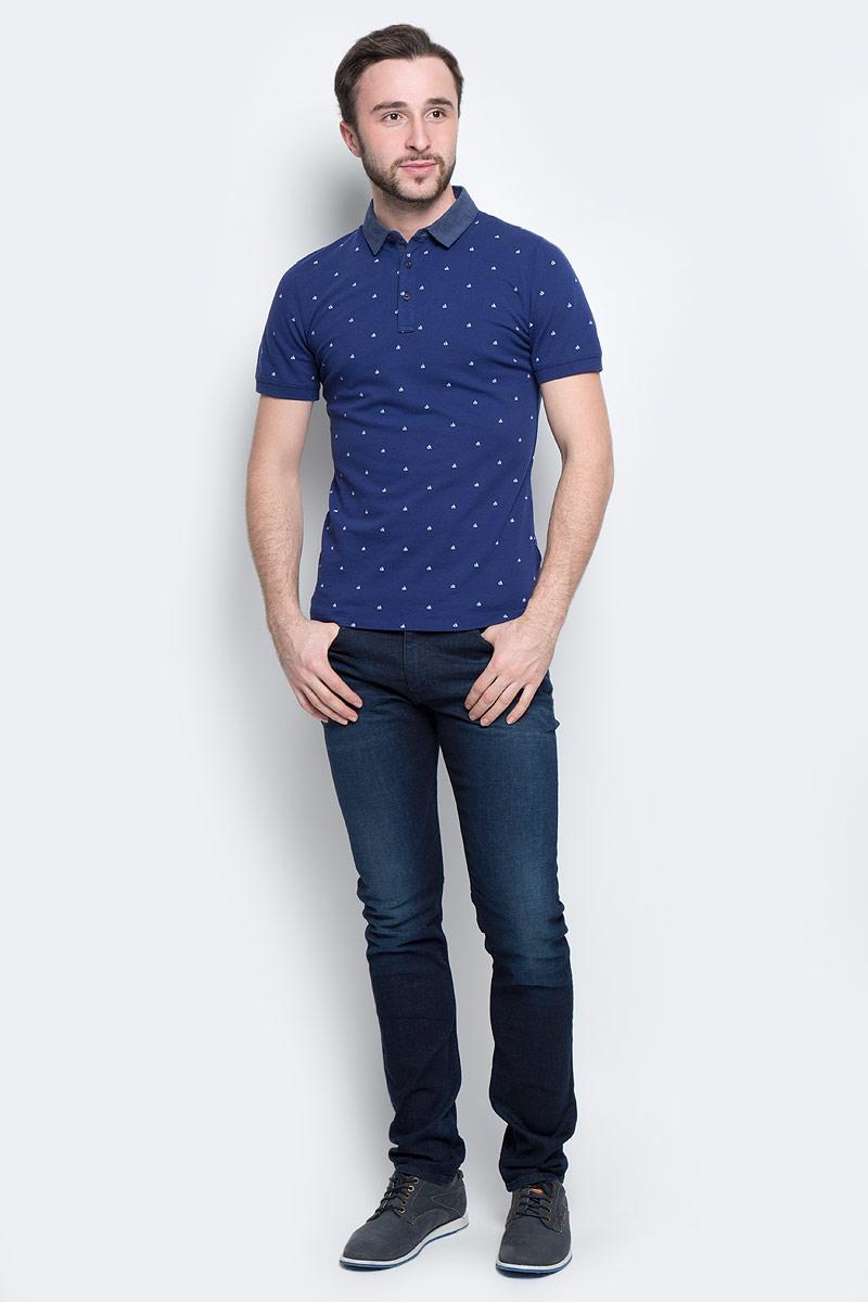 Поло мужское Calvin Klein Jeans, цвет: синий. J30J301259_4750. Размер S (44/46)J30J301259_4750Классическая мужская футболка-поло Calvin Klein Jeans изготовлена из натурального хлопка с добавлением эластана.Футболка-поло с отложным воротником и короткими рукавами застегивается сверху на три пуговицы. Края рукавов выполнены из трикотажной резинки. Спинка модели удлинена, по бокам предусмотрены небольшие разрезы. Изделие украшено мелким принтом с логотипом бренда.