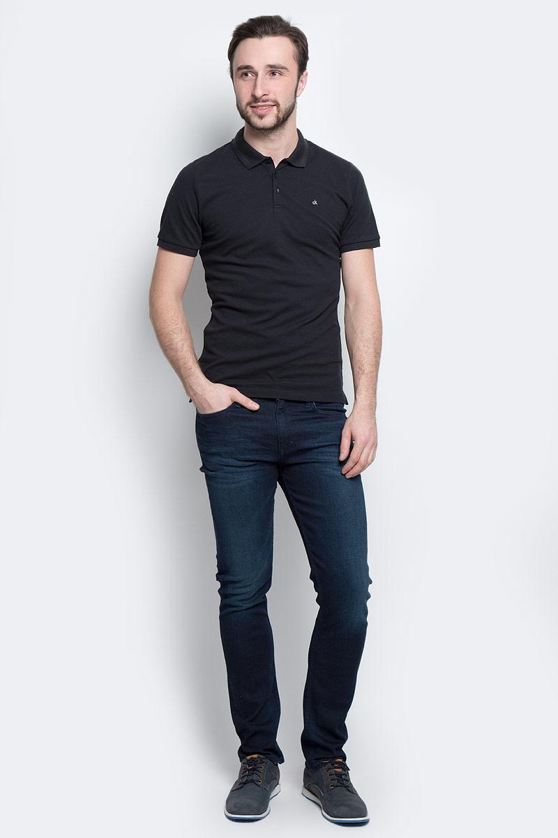 Поло мужское Calvin Klein Jeans, цвет: черный. J30J301251_0990. Размер M (46/48)J30J301251_0990Мужское поло Calvin Klein Jeans изготовлено из эластичного хлопка. Модель с отложным воротником и короткими рукавами застегивается сверху на три пуговицы. Воротник и края рукавов выполнены из трикотажной резинки. Спинка изделия слегка удлинена, по бокам предусмотрены разрезы. Поло оформлено фирменной символикой.