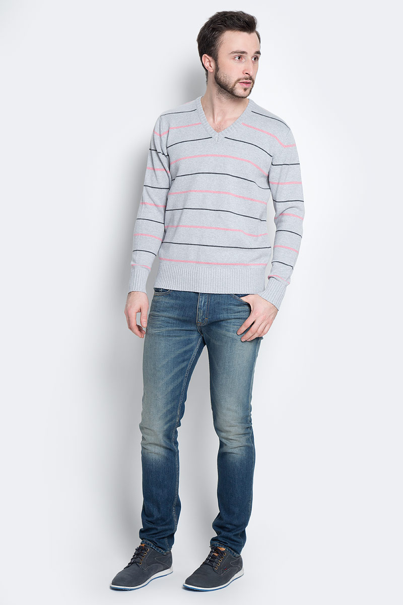 Пуловер мужской D&H Basic, цвет: серый, розовый. А600091502. Размер М (50)А600091502Мужской пуловер D&H Basic изготовлен из натуральной хлопковой пряжи. Модель с V-образным вырезом горловины и длинными рукавами оформлена полосками. Манжеты и низ изделия связаны резинкой.
