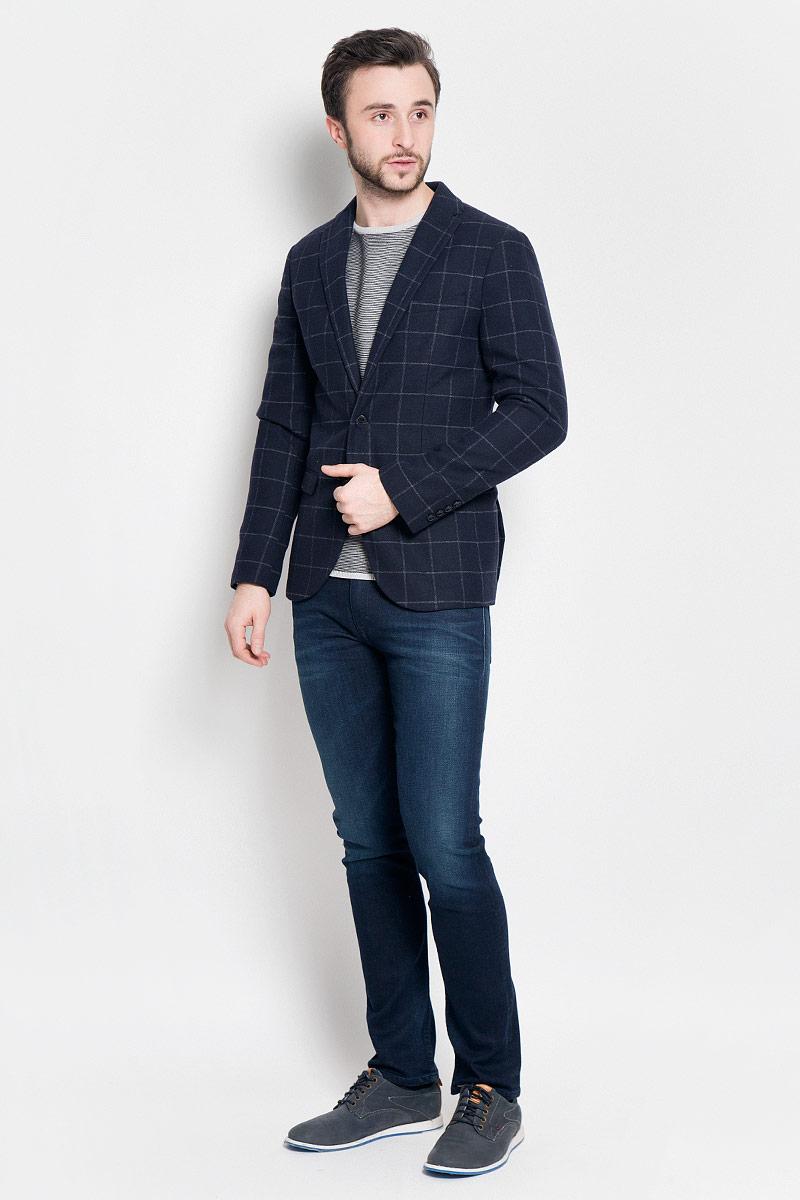 Пиджак мужской Selected Homme, цвет: темно-синий. 16053138. Размер (52)16053138_Navy BlueКлассический мужской пиджак Selected Homme изготовлен из полиэстера с добавлением шерсти. Подкладка пиджака выполнена из полиэстера.Пиджак с воротником с лацканами и длинными рукавами застегивается на две пуговицы. Манжеты рукавов также дополнены декоративными пуговицами. Пиджак имеет два втачных кармана с клапанами и нагрудный кармашек спереди, а также два потайных втачных карманама, один из которых на пуговице.