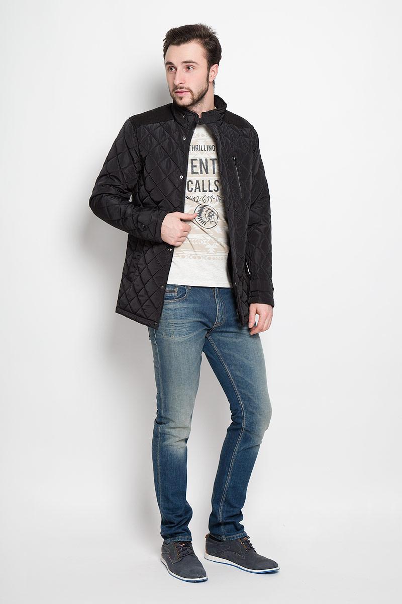 Куртка мужская Top Secret, цвет: черный. SKD0138CA. Размер XXL (54)SKD0138CAСтильная мужская куртка Top Secret изготовлена из высококачественного полиэстера. В качестве утеплителя используется синтепон.Куртка с воротником-стойкой застегивается на застежку-молнию и дополнительно на ветрозащитный клапан с кнопками. Спереди расположены два прорезных кармана на кнопках, на груди - прорезной карман на кнопке. Манжеты рукавов дополнены декоративными хлястиками на кнопках.