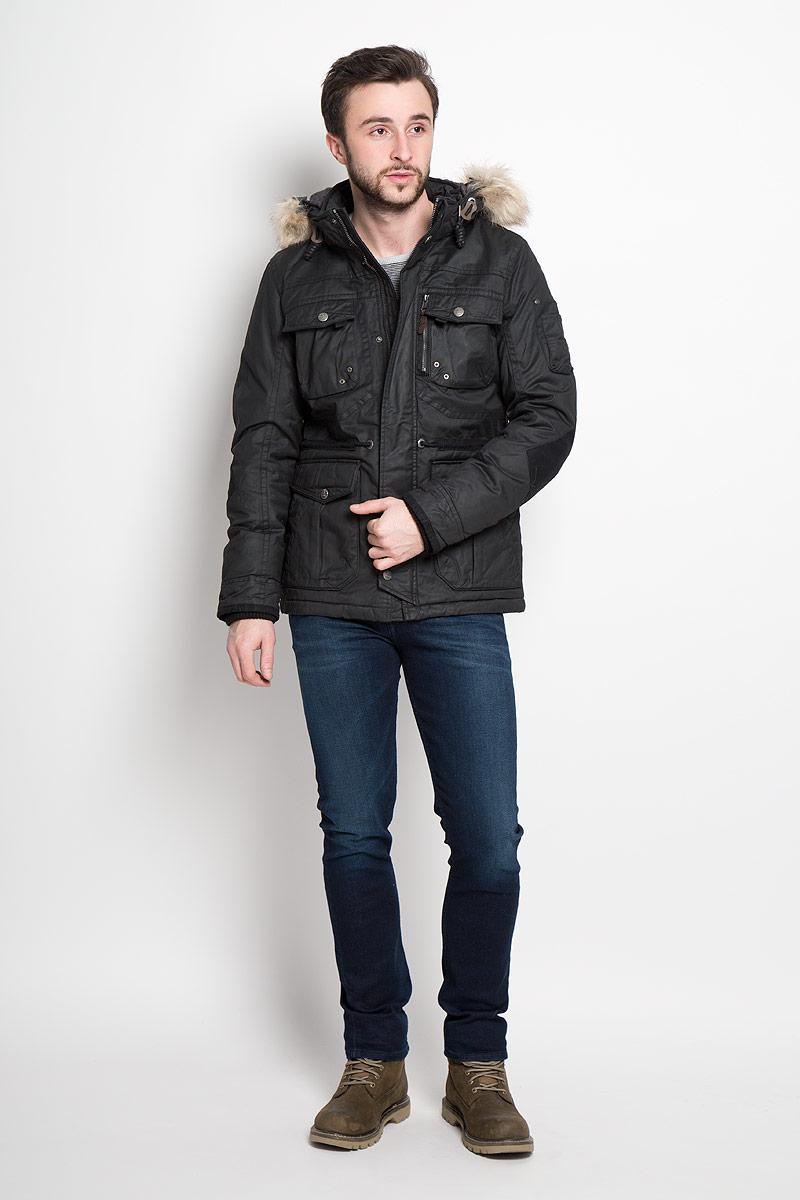 Куртка мужская Tom Tailor, цвет: черный. 3532819.00.10_2999. Размер L (50)3532819.00.10_2999Стильная мужская куртка Tom Tailor изготовлена из натурального хлопка с полиуретановым покрытием. В качестве утеплителя используется полиэстер.Куртка с воротником-стойкой и съемным капюшоном застегивается на застежку-молнию и дополнительно на клапан с кнопками. Капюшон, дополненный шнурком и искусственным мехом, пристегивается к куртке с помощью застежки-молнии и кнопок. Спереди расположены четыре накладных кармана, два из которых с клапанами на кнопках, на груди - два накладных кармана с клапанами на кнопках, на рукаве - накладной открытый карман с четырьмя держателями, с внутренней стороны - прорезной открытый карман.Манжеты рукавов дополнены трикотажными напульсниками. На талии с внутренней стороны расположен регулирующий шнурок.