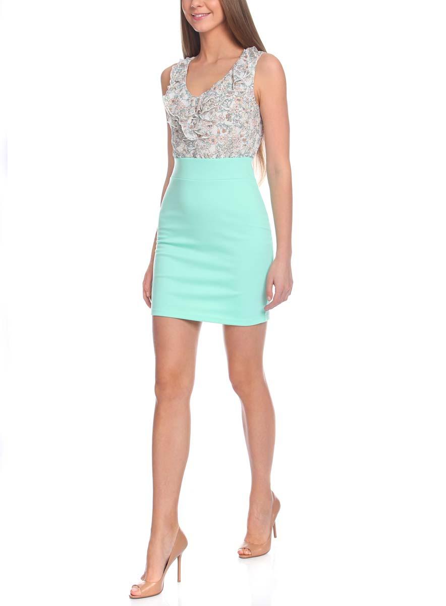 Платье oodji Ultra, цвет: ментоловый, белый. 14005124-1/42376/6512F. Размер XL (50)14005124-1/42376/6512FПлатье oodji Ultra выполнено из высококачественного комбинированного материала. Модель имеет стилизованный под блузку и юбку верх и низ. Верх платья выполнен без рукавов из легкой воздушной ткани с рюшами и V-образным воротником. Низ платья выполнен из облегающей ткани. Изделие имеет длину чуть выше колена.