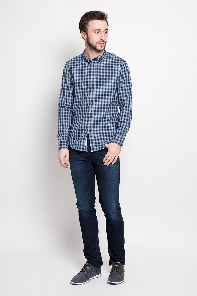 Рубашка мужская Lee, цвет: синий. L880NAPS. Размер M (48)L880NAPSМужская рубашка Lee выполнена из натурального хлопка. Рубашкас длинными рукавами и отложным воротником застегивается на пуговицы спереди. Манжеты рукавов также застегиваются на пуговицы. Рубашка оформлена принтом в клетку. На груди расположен накладной карман.