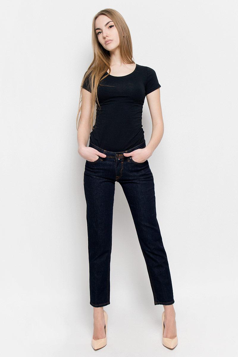 Джинсы женские F5, цвет: темно-синий. 19728_w.garment. Размер 36-34 (52/54-34)19728_w.garmentЖенские джинсы F5 выполнены из высококачественного хлопка. Джинсы застегиваются на пуговицу в поясе и ширинку на застежке-молнии, дополнены шлевками для ремня. Джинсы имеют классический пятикарманный крой: спереди модель дополнена двумя втачными карманами и одним маленьким накладным кармашком, а сзади - двумя накладными карманами. Джинсы украшены декоративными потертостями.