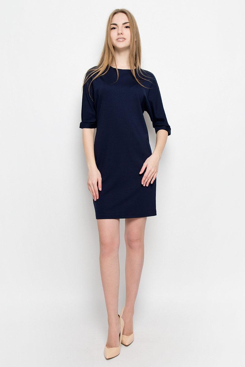 Платье Ruxara, цвет: темно-синий. 103416. Размер 48103416Платье Ruxara выполнено из эластичной вискозной ткани. Модель прямого силуэта с цельнокроеным рукавом 3/4, оформленным складками по нижнему шву. Сзади застежка на пуговицу.