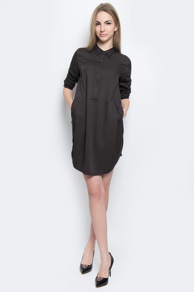 Платье Calvin Klein Jeans, цвет: темно-серый. J20J201230_0040. Размер S (42)J20J201230_0040Стильное платье Calvin Klein Jeans изготовлено из вискозы.Модель-мини свободного кроя с отложным воротником и рукавами 3/4 застегивается спереди на металлические пуговицы. Манжеты рукавов оснащены застежками-пуговицами. По бокам расположены втачные карманы. Спинка модели присборена вшитую на резинку.