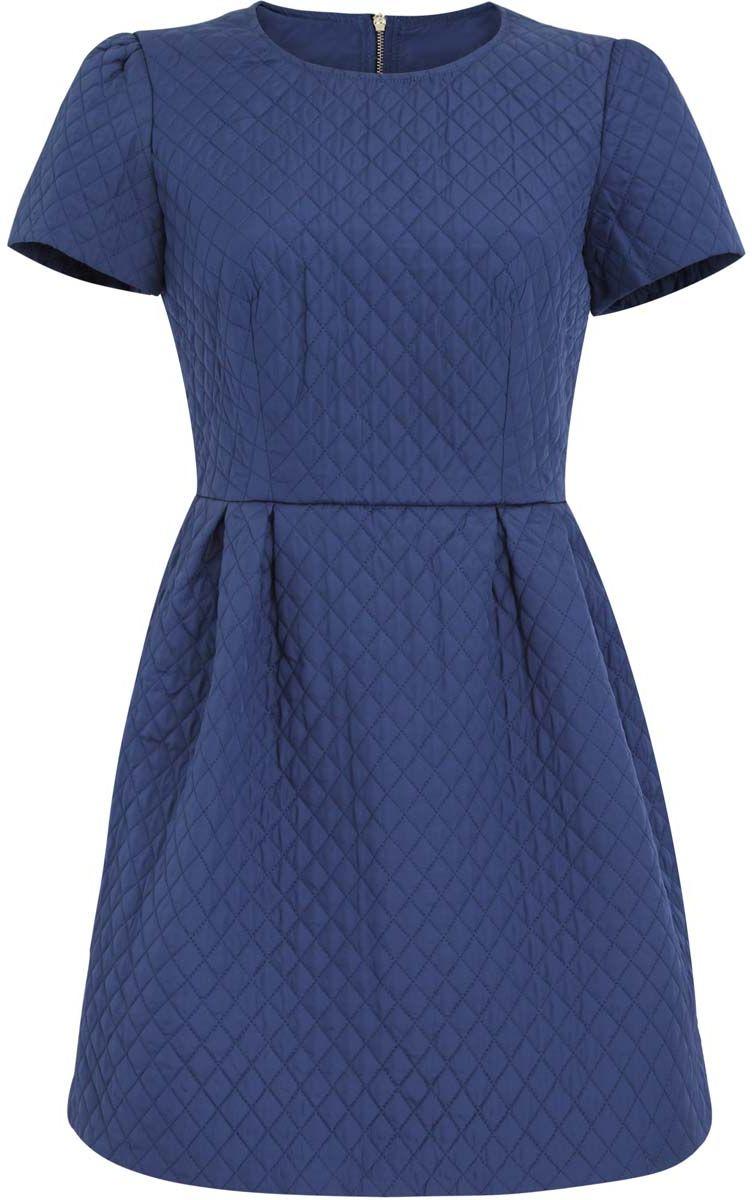 Платье oodji Ultra, цвет: синий. 11900170/38325/7500N. Размер 36-170 (42-170)11900170/38325/7500NСтеганое платье oodji Ultra изготовлено из качественного полиэстера. Модель с круглым вырезом горловины и короткими рукавами застегивается сзади на молнию. На талии платье оформлено складками. Модель дополнена подкладкой.