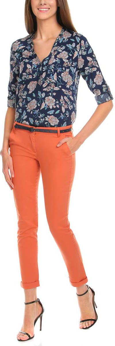 Брюки женские oodji Ultra, цвет: оранжевый. 11706190-3/43526/5900N. Размер 40-170 (46-170)11706190-3/43526/5900NСтильные женские брюки oodji Ultra изготовлены из качественного хлопка с добавлением эластана. Модель-чинос со стандартной посадкой выполнена в лаконичном стиле и по низу брючин оформлена стильными отворотами. Застегиваются брюки на застежку-молнию и пуговицу, а также дополнены в поясе шлевками для ремня. Спереди изделие оформлено двумя втачными карманами, а сзади двумя карманами-обманками. В комплект входит тоненький ремешок с прорезями в форме звезд.