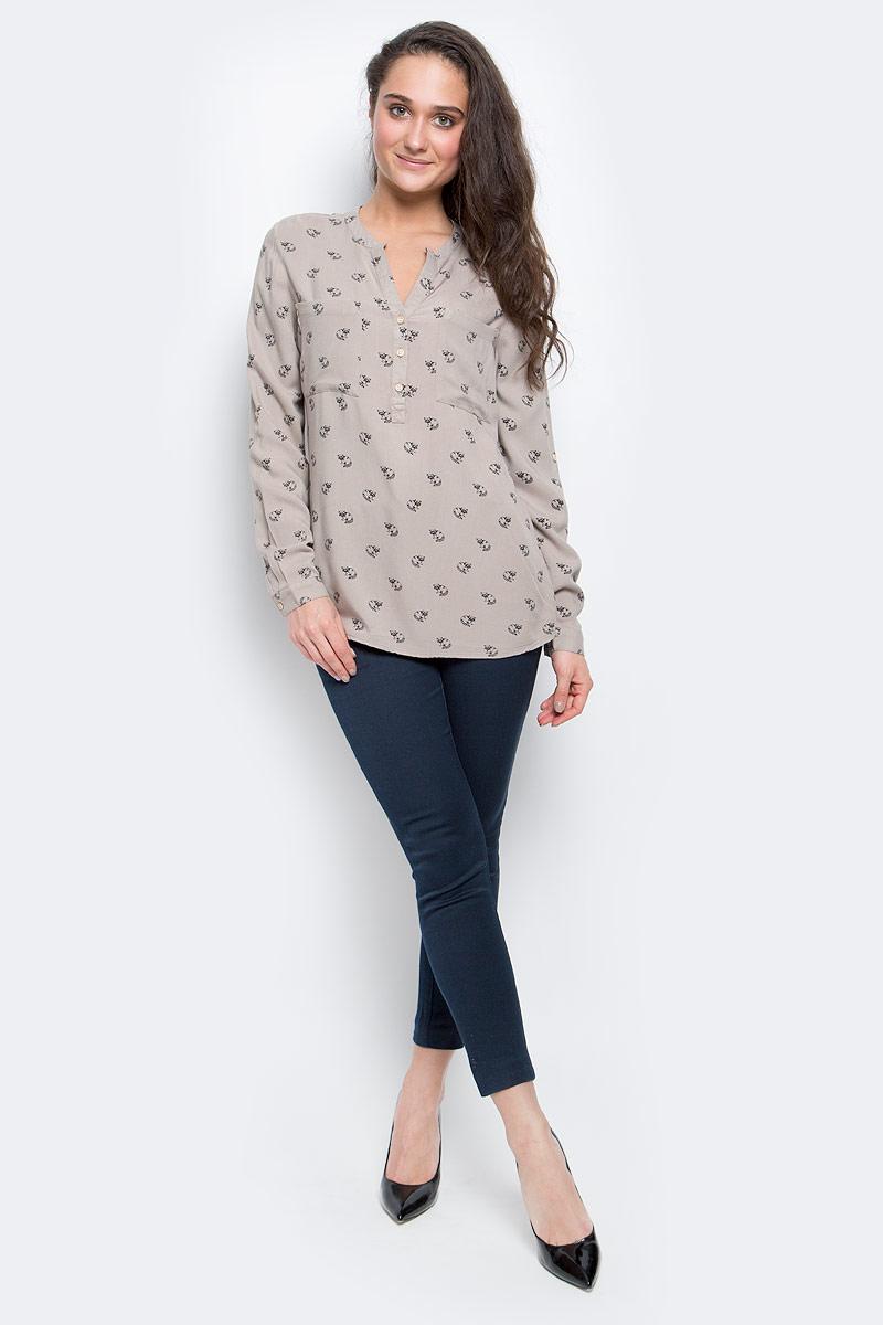 Блузка женская Sela Casual, цвет: бежевый. B-112/518-6434. Размер S (44)B-112/518-6434Женская блузка Sela Casual, выполненная из мягкой вискозы, идеально подойдет для повседневной носки. Материал изделия приятный на ощупь, не стесняет движений и хорошо пропускает воздух, обеспечивая комфорт. Модель с фигурным вырезом горловины и длинными рукавами застегивается сверху на три пуговицы. Манжеты также имеют застежки-пуговицы. Длину рукавов можно регулировать при помощи хлястиков с пуговицами. На груди расположены накладные карманы. Спинка изделия слегка удлинена. Блузка оформлена оригинальным принтом с изображением енотов.Такая блузка подчеркнет ваш вкус и поможет создать современный и стильный образ!