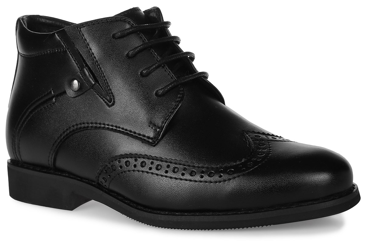 Ботинки для мальчика Vitacci, цвет: черный. 20560-3. Размер 3620560-3Стильные ботинки для мальчика от Vitacci выполнены из натуральной кожи и оформлены декоративной перфорацией. Одна из боковых сторон дополнена эластичной вставкой для идеальной посадки модели на ноге. Боковая застежка-молния позволяет легко снимать и надевать модель. Шнуровка надежно зафиксирует модель на ноге. Подкладка и стелька из натурального меха не дадут ногам замерзнуть. Подошва и каблук дополнены рифлением.