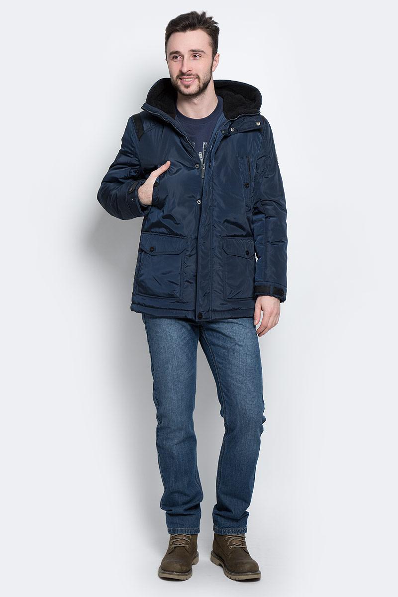 Куртка мужская Finn Flare, цвет: темно-синий. W16-22011_101. Размер L (50)W16-22011_101Стильная мужская куртка Finn Flare превосходно подойдет для холодной погоды. Куртка выполнена из высококачественного материала с подкладкой и наполнителем из полиэстера. Модель прямого кроя, немного удлинённая, с длинными рукавами и несъемным капюшоном застегивается на молнию и дополнительно имеет планку на кнопках. Капюшон утеплен, его края можно отогнуть и пристегнуть на кнопку. Спереди изделие дополнено двумя втачными карманами на кнопках и двумя накладными карманами с клапанами на кнопках. На внутренней стороне куртка оформлена одним прорезным карманом на молнии и двумя втачными карманами на пуговице и на липучке. В поясе и по низу модель регулируется в размере с помощью стопперов.