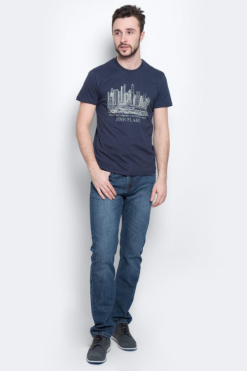 Футболка мужская Finn Flare, цвет: темно-синий. S16-21020_101. Размер S (46)S16-21020_101Стильная мужская футболка Finn Flare, выполненная из высококачественного натурального хлопка, обладает высокой теплопроводностью, воздухопроницаемостью и гигроскопичностью, позволяет коже дышать и великолепно отводит влагу, оставляя тело сухим. Такая футболка превосходно подойдет для занятий спортом и активного отдыха. Модель с короткими рукавами и круглым вырезом горловины - идеальный вариант для создания образа в стиле Casual. Футболка декорирована оригинальным принтом и надписями на английском языке.Такая модель подарит вам комфорт в течение всего дня и послужит замечательным дополнением к вашему гардеробу.