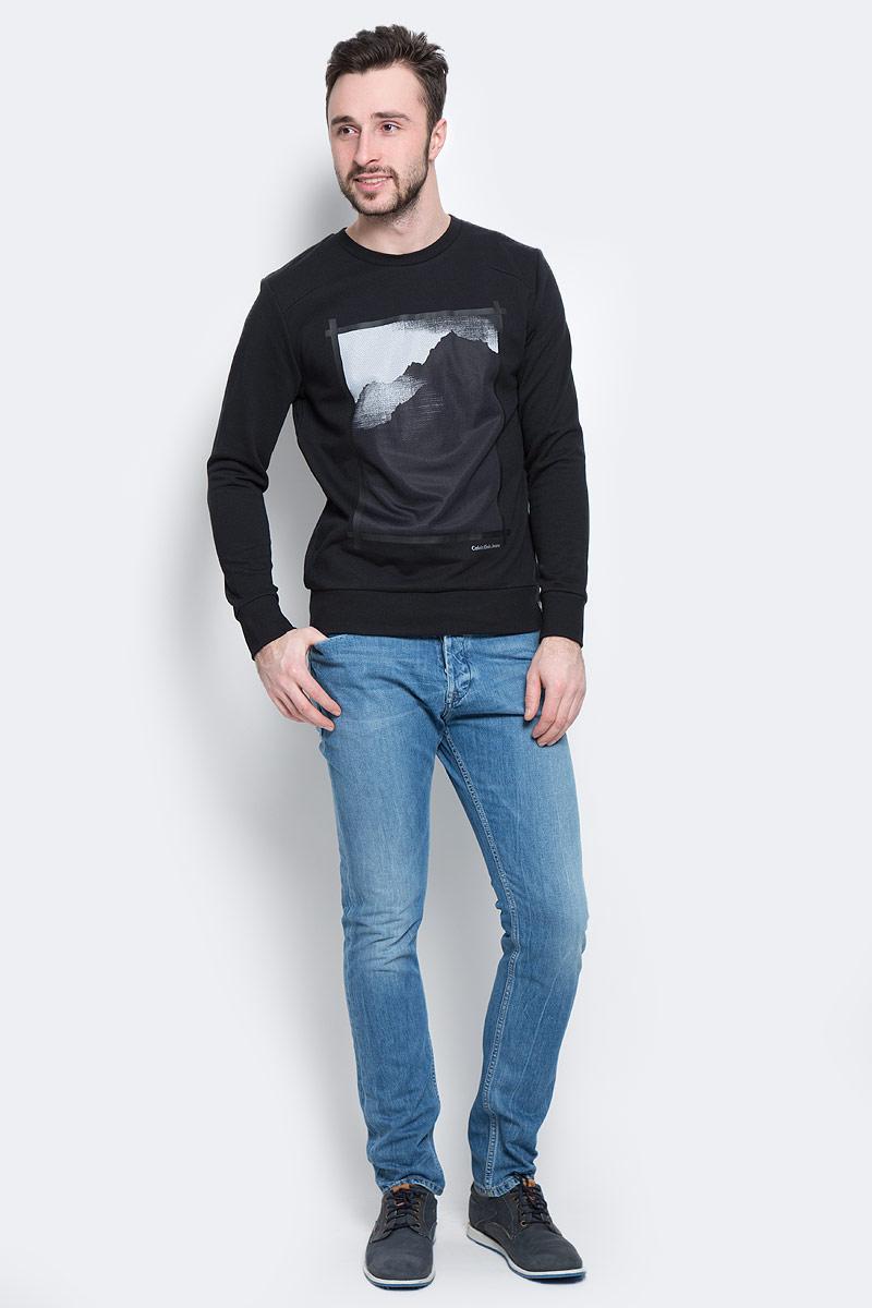 Свитшот мужской Calvin Klein Jeans, цвет: черный. J30J301352_0990. Размер M (46/48)J30J301352_0990Стильный мужской свитшот Calvin Klein Jeans, изготовленный из высококачественного натурального хлопка, мягкий и приятный на ощупь, не сковывает движений и обеспечивает наибольший комфорт. Материал на основе хлопка великолепно пропускает воздух, позволяя коже дышать, и обладает высокой гигроскопичностью.Модель с круглым вырезом горловины и длинными рукавами оформлена оригинальным принтом и надписью Calvin Klein Jeans спереди. Манжеты рукавов, горловина и низ изделия дополнены трикотажными резинками. Внутренняя сторона модели выполнена с петельками.