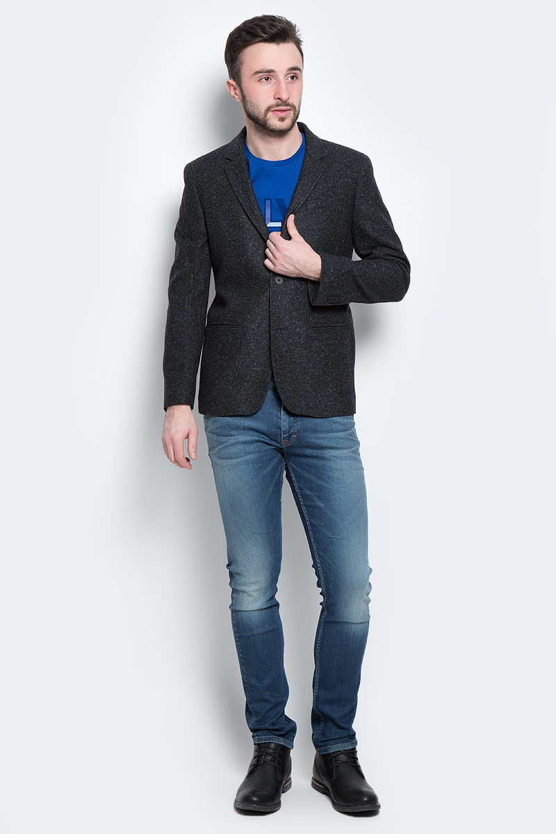 Пиджак мужской Calvin Klein Jeans, цвет: черный. J3IJ302806. Размер XL (50/52)D85685Стильный мужской пиджак Calvin Klein Jeans, изготовленный из высококачественного плотного материала, не сковывает движений, обеспечивая наибольший комфорт.Модель прямого кроя с длинными рукавами и воротником с лацканами застегивается спереди на две пластиковые пуговицы. Манжеты рукавов также застегиваются на пуговицы. Спереди пиджак дополнен имитацией втачных карманов.С внутренней стороны имеется втачной карман на пуговице. На спинке предусмотрена шлица, расположенная в среднем шве.Этот теплый пиджак станет отличным дополнением к вашему гардеробу.