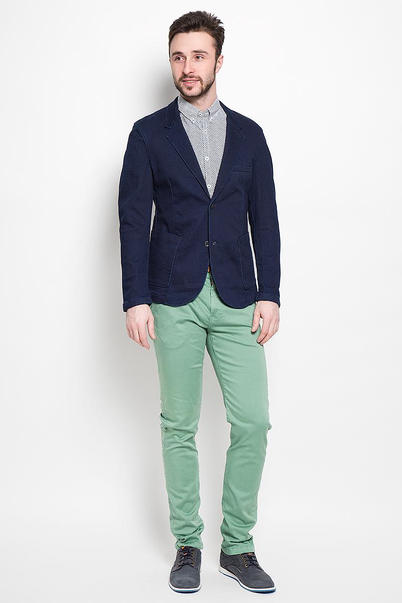 Пиджак мужской Tom Tailor Denim, цвет: темно-синий. 3922414.62.12_1098. Размер M (48)3922414.62.12_1098Джинсовый мужской пиджак Tom Tailor Denim выполнен из хлопка с добавлением полиэстера и эластана.Пиджак с длинными рукавами и воротником с лацканами дополнен спереди двумя накладными карманами, на груди - прорезным кармашком, с внутренней стороны - прорезным карманом на кнопке. Низ рукавов украшен декоративными пуговицами. Спинка дополнена одной шлицей. Застегивается пиджак на две пуговицы.