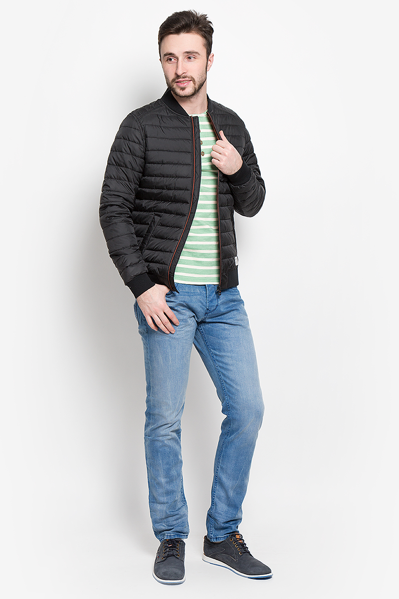 Куртка мужская Tom Tailor Denim, цвет: черный. 3532956.00.12_2999. Размер L (50)3532956.00.12_2999Стильная мужская куртка Tom Tailor Denim выполнена из полиэстера на подкладки из 100% полиэстера и рассчитана на прохладную погоду. Куртка поможет вам почувствовать себя максимально комфортно и стильно. Модель с длинными рукавами и воротником-стойкой застегивается на застежку-молнию. Воротник выполнен из трикотажной резинки. Низ рукавов и низ модели обработаны широкой эластичной манжетой. Куртка дополнена двумя прорезными карманами на кнопке. Модный дизайн и практичность - отличный выбор на каждый день!