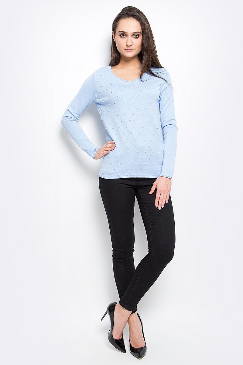 Пуловер женский Finn Flare, цвет: голубой. B17-11120_139. Размер L (48)B17-11120_139Стильный женский пуловер Finn Flare выполнен из акрила с добавлением хлопка. Модель с V-образным вырезом горловины и длинными рукавами оформлен спереди оригинальной вязкой и снизу декорирован металлической пластиной с названием бренда.