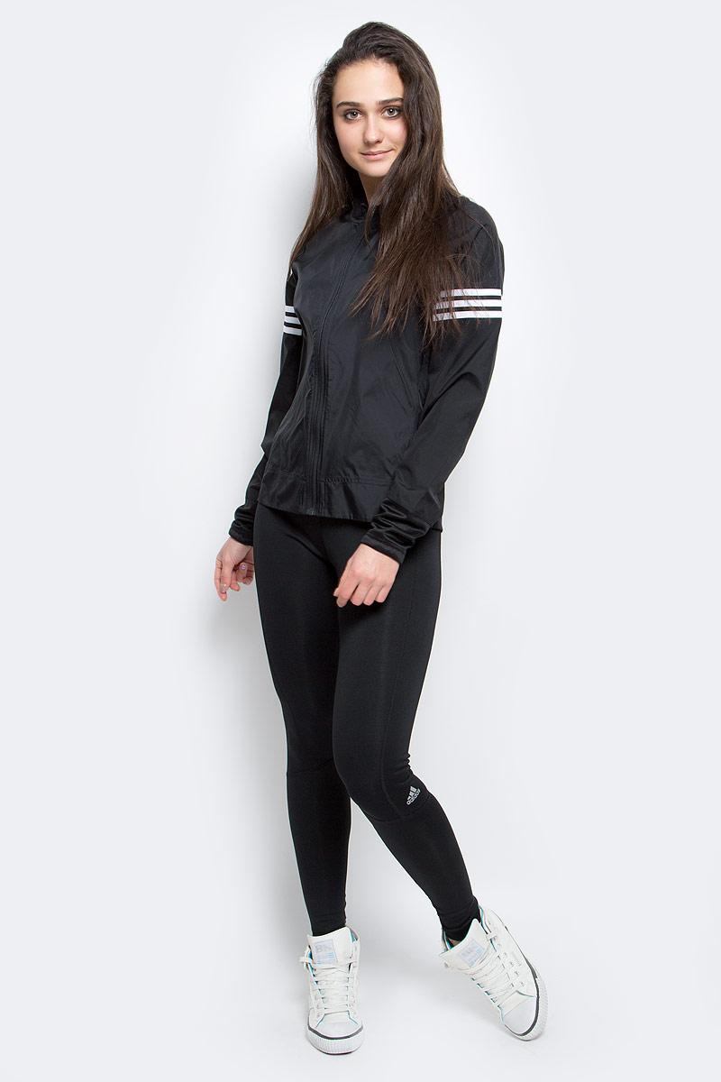 Ветровка для бега женская adidas Rs Wind Jck W, цвет: черный. AA5639. Размер M (46/48)AA5639Ветер больше не будет помехой. Эта женская ветровка с технологией climastorm прекрасно справится со стихией и поможет вам сохранить скорость и результативность. Модель с отверстиями для больших пальцев для лучшего сохранения тепла и светоотражающими деталями для безопасности в темное время суток. Застежка на молнию, воротник-стойка.Светоотражающие детали.