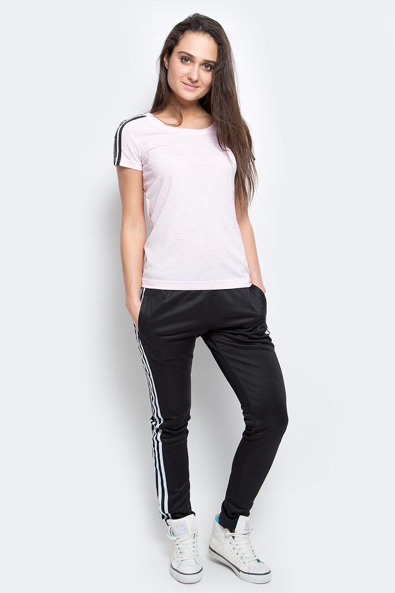 Футболка женкая adidas Ess 3s slim tee, цвет: розовый. AY4790. Размер L (48/50)AY4790Женская футболка из мягкого эластичного трикотажа настолько легкая, что практически не ощущается на теле. Модель выполнена из функциональной ткани и украшена тремя полосками, подчеркивающими спортивный настрой. Ткань с технологией climalite быстро и эффективно отводит влагу с поверхности кожи, поддерживая комфортный микроклимат.