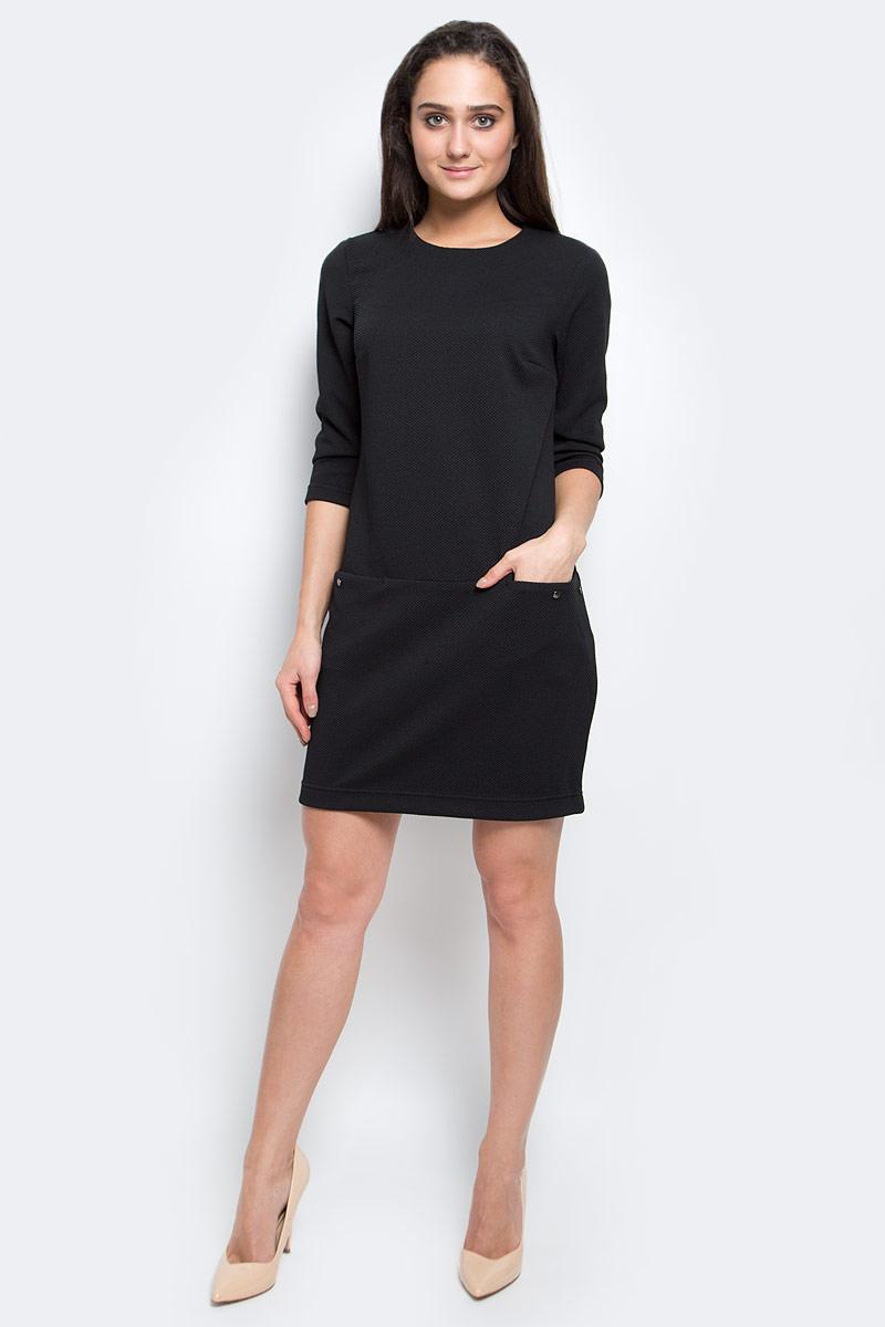 Платье Finn Flare, цвет: черный. B17-11040_200. Размер S (44)B17-11040_200Модное платье Finn Flare станет отличным дополнением к вашему гардеробу. Модель выполнена из эластичного полиэстера. Платье-миди свободного кроя с круглым вырезом горловины и рукавами 3/4 застегивается на скрытую застежку-молнию, расположенную на спинке. Модель оформлена рельефным принтом. Спереди расположены два втачных кармана.