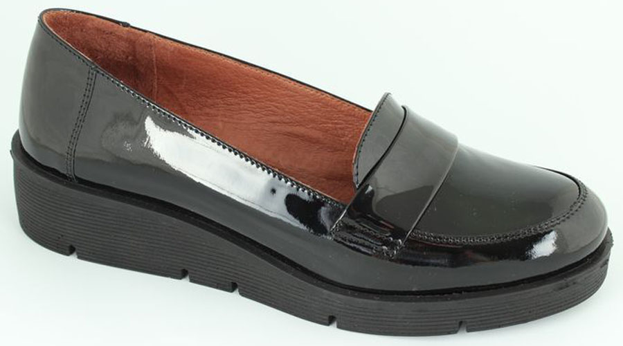 Лоферы женские Spur, цвет: черный. 1SI_204. Размер 371SI_204Стильные женские лоферы от Spur покорят вас своим дизайном и удобством! Модель выполнена из натуральной кожи. Мягкая стелька из натуральной кожи с отверстиями позволяет вашим ногам дышать. Подошва с рельефной поверхностью обеспечивает отличное сцепление с любыми поверхностями.