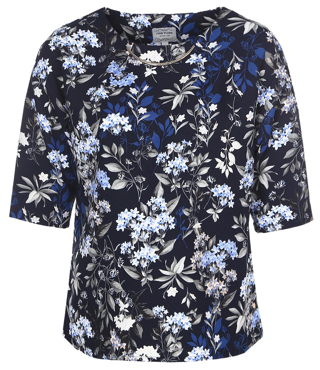 Блузка женская Finn Flare, цвет: темно-синий. B17-11075_101. Размер XXXL (54)B17-11075_101Женская блуза Finn Flare с рукавами до локтя и круглым вырезом горловины выполнена из 100% полиэстера. Блузка имеет свободный крой. Модель оформлена крупным металлическим декоративным элементом под горловиной и украшена оригинальным цветочным принтом.