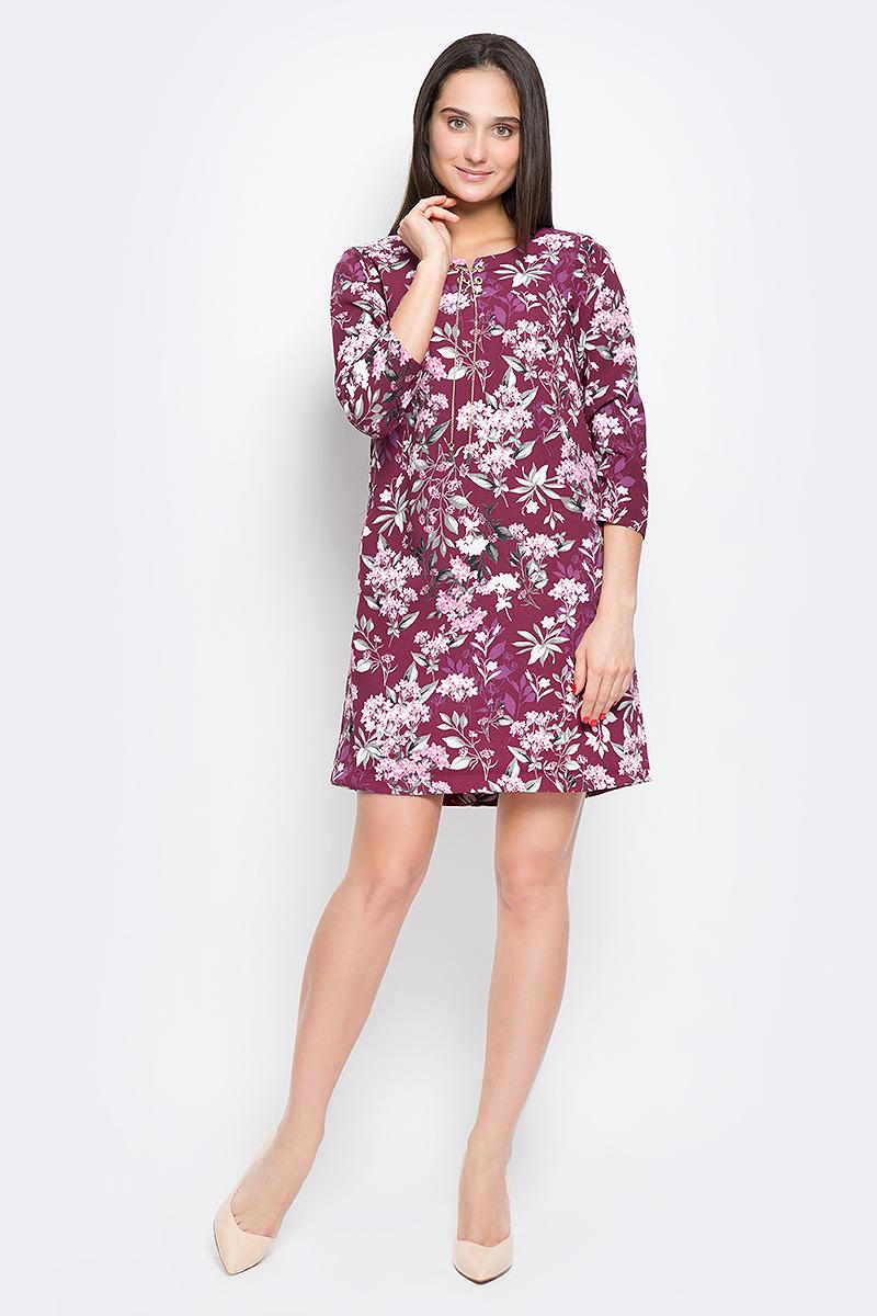 Платье Finn Flare, цвет: розово-лиловый. B17-11074_350. Размер XL (50)B17-11074_350Модное платье Finn Flare выполнено из 100% полиэстера. Модель с круглым вырезом горловины и рукавами 3/4. Спереди модель дополнена оригинальной металлической шнуровкой. Оформлено изделие цветочным принтом.