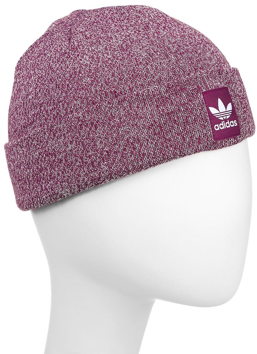 Шапка adidas Rib Logo Beanie, цвет: красный. AY9068. Размер 56/57AY9068Шапка Adidas Rib Logo Beanie - классическая шапка-бини, связанная из мягкой меланжевой пряжи. Три полоски украшают внутреннюю сторону подвернутого манжета. Атласная нашивка с Трилистником на отвороте.