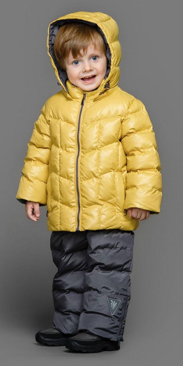 Комплект для мальчика Ёмаё: куртка, полукомбинезон, цвет: желтый, графитовый. 39-149. Размер 8639-149Теплый комплект Ёмаё идеально подойдет для ребенка в холодное время года. Комплект состоит из куртки и полукомбинезона, изготовленных из водоотталкивающей ткани с утеплителем из синтепуха. Подкладка выполнена из полиэстера. Куртка застегивается на пластиковую застежку-молнию и дополнена съемным капюшоном на кулиске. Низ рукавов с внутренними трикотажными манжетами - дополнительная защита от ветра и снега. Предусмотрены два прорезных кармана на молнии. Понизу куртка регулируется с помощью резинки на кулиске. Полукомбинезон с небольшой грудкой застегивается на пластиковую застежку-молнию и имеет наплечные лямки с пластиковым карабином, регулируемые по длине. Спереди он оформлен двумя втачными кармашками. На талии предусмотрена широкая эластичная резинка, которая позволяет надежно заправить в брюки водолазку или свитер. Снизу брючины дополнены внутренними манжетами с настроченной эластичной тесьмой с латексной нитью (антискользящая), которая фиксирует брючины на сапогах и предохраняет от попадания снега. Все молнии с внутренними ветрозащитными планками. Набивка куртки - 220 г/м2, подкладка - флис. Набивка полукомбинезона - 150 г/м2.Температурный режим до -10-15°С.Комфортный, удобный и практичный комплект идеально подойдет для прогулок и игр на свежем воздухе!