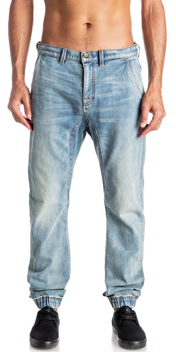 Джинсы мужские Quiksilver, цвет: голубой. EQYDP03305-BPTW. Размер 33 (50/52)EQYDP03305-BPTWМужские джинсы Quiksilver выполнены из высококачественного эластичного материала. Джинсы застегиваются на пуговицу в поясе и ширинку на застежке-молнии, дополнены шлевками для ремня. Спереди модель дополнена двумя втачными карманами, сзади - двумя накладными карманами. Модель украшена декоративными потертостями, низ штанин собран на резинки.