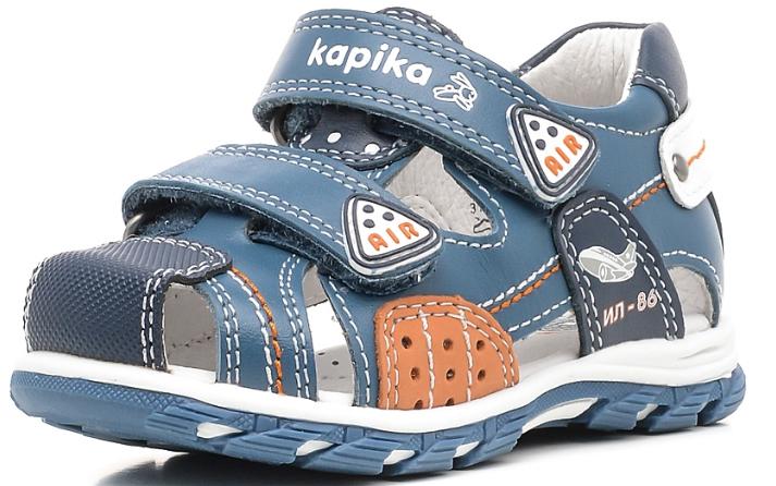 Сандалии для мальчика Kapika, цвет: синий. 31215-1. Размер 2331215-1Очаровательные сандалии от Kapika не оставят равнодушным вашего мальчика! Модель, изготовленная из натуральной кожи, оформлена контрастной прострочкой, на ремешках - названием бренда и декоративными нашивками, сбоку - изображением самолета и надписью ИЛ-86. Ремешки с застежками-липучками прочно закрепят модель на ножке. Внутренняя поверхность из натуральной кожи не натирает. Стелька из натуральной кожи дополнена супинатором, который обеспечивает правильное положение стопы ребенка при ходьбе и предотвращает плоскостопие. Подошва с протектором обеспечивает отличное сцепление с любой поверхностью. Практичные и стильные сандалии займут достойное место в гардеробе вашего мальчика.