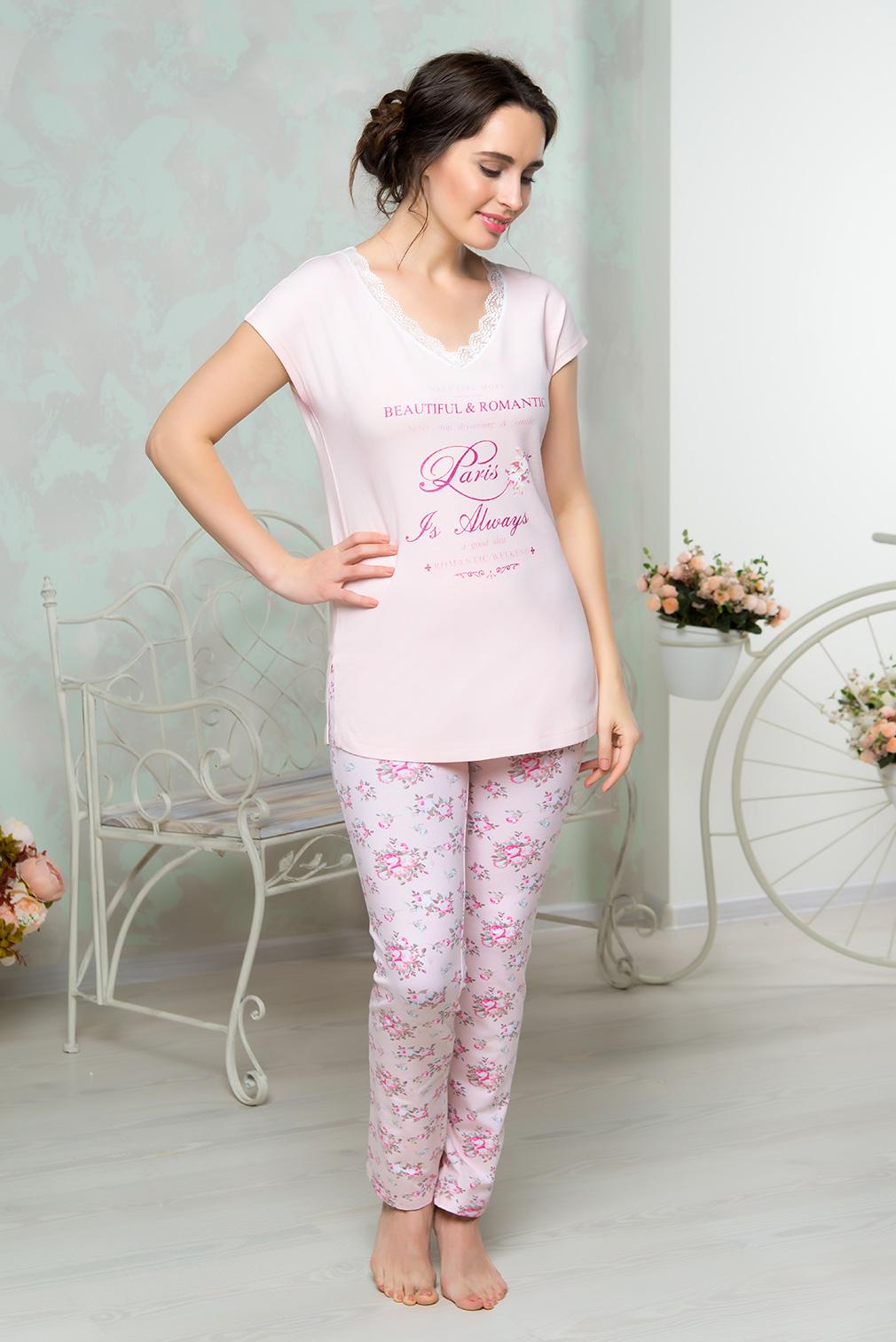 Комплект домашний женский Mia Cara: футболка, брюки, цвет: розовый. AW16-MCUZ-846. Размер 50/52AW16-MCUZ-846Комплект домашний одежды Mia Cara состоит из футболки и брюк. Модель выполнена из высококачественного хлопка с добавлением эластана. Футболка с V-образной горловиной дополнена кружевом и принтом с надписями. Брюки оформлены цветочным принтом.