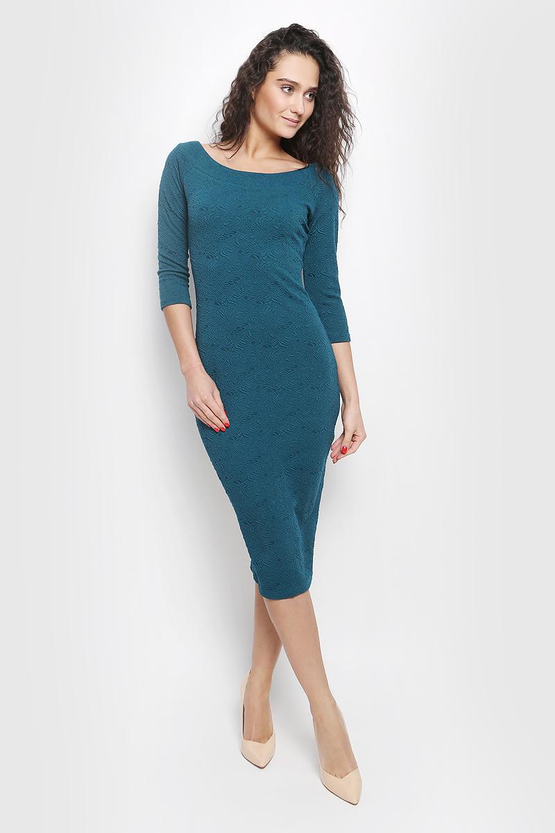 Платье La Via Estelar, цвет: зеленый. 14671-1. Размер 4814671-1Идеальное платье на любой случай La Via Estelar выполнено из эластичного фактурного материала. Модель облегающего фасона, длины ниже колена, с рукавом три четверти, разрезом сзади и вырезом горловины лодочка. Платье отлично подчеркивает фигуру, создавая привлекательный образ.